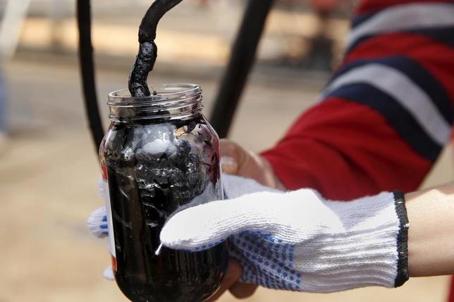 2月13日、クウェートのマールゾウク石油相は、現在の原油価格は適正であり、石油輸出国機構(OPEC)と非加盟産油国による減産合意がさらに達成されることにより上昇する見通しだと述べた。写真はベネズエラ、モリチャルで2015年4月撮影(2017年 ロイター/Carlos Garcia Rawlins)