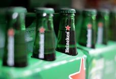 Бутылки пива  Heineken. Heineken, вторая по величине пивоваренная компания мира, в понедельник договорилась о приобретении убыточных бразильских пивоварен японской Kirin Holdings для расширения своего присутствия на рынке, являющемся третьим по величине для отрасли в мире.  REUTERS/Eric Gaillard