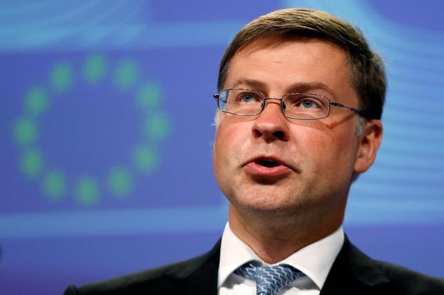 2月13日、EUの欧州委員会は、ユーロ圏の2017年の経済成長率見通しを1.6%と、昨年11月に示した1.5%からやや上方修正した。写真は欧州委のドムブロフスキス副委員長、2016年7月ブリュッセルで撮影(2017年 ロイター/Francois Lenoir)