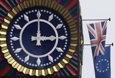 Флаги Великобритании и ЕС у часов в лондонском Сити. 16 января 2017 года. Экономический рост в странах еврозоны, как ожидается, несколько сбавит обороты в текущем году и восстановится в следующем, тогда как британская экономика к 2018 году почти вдвое сократит темпы роста, сообщила Европейская комиссия в понедельник. REUTERS/Toby Melville/Files