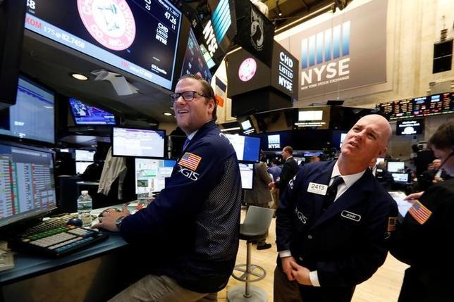2月13日、米国株式市場は続伸した。ダウ工業株30種、ナスダック総合、S&P総合500種の主要3指数がいずれも終値の過去最高値を更新して取引を終えた。ニューヨーク証券取引所で7日撮影(2017年 ロイター/Brendan McDermid)