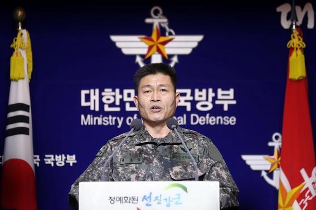 2月14日、韓国国防省は、米国が定例の米韓合同軍事演習に向けて戦略的資産を配備することに合意したと議会委員会提出の文書で明らかにした。韓国の聨合ニュースが14日伝えた。写真は12日、国防省で記者会見を行った韓国合同参謀本部の高官。聨合ニュース提供写真(2017年 ロイター)