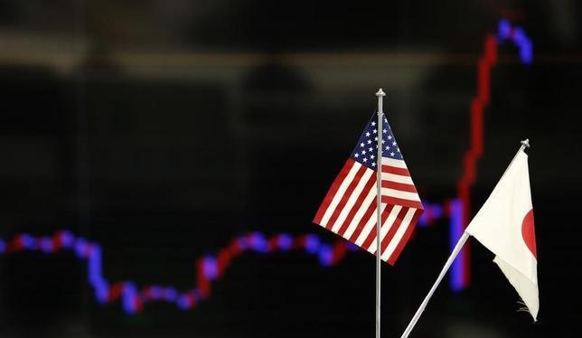2月14日、午後3時のドル/円は、前日ニューヨーク市場午後5時時点と比べ、ドル安/円高の113円前半だった。午前は方向感なく推移したが、午後は株安などを背景に下押し圧力が強まった。市場の関心はイエレン米連邦準備理事会(FRB)議長の議会証言に向かっている。写真は都内の為替ディーリングルームで、2013年12月撮影(2017年 ロイター/Yuya Shino)