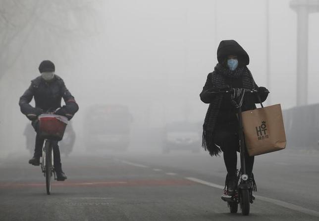 2月14日、2015年に大気汚染が原因で亡くなった人の数が全世界で420万人超となり、うち約220万人が中国とインドだったことがわかった。写真は北京で撮影(2017年 ロイター/Jason Lee)