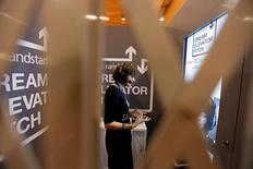 Une femme visite le stand de Randstad lors du Web Summit à Lisbonne. Le numéro deux mondial du recrutement et de l'intérim a atteint mardi un plus haut d'un an en Bourse après l'annonce d'un bénéfice d'exploitation trimestriel en hausse de 9% et meilleur que prévu. /Photo prise le 9 novembre 2016/REUTERS/Rafael Marchante