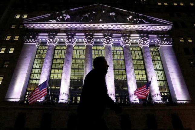 2月14日、1月の卸売物価指数は前月比0.6%上昇と、2012年9月以来4年4カ月ぶりの大きな伸びとなった。写真は2月7日、ニューヨーク証券取引所前で撮影(2017年 ロイター/Brendan McDermid)