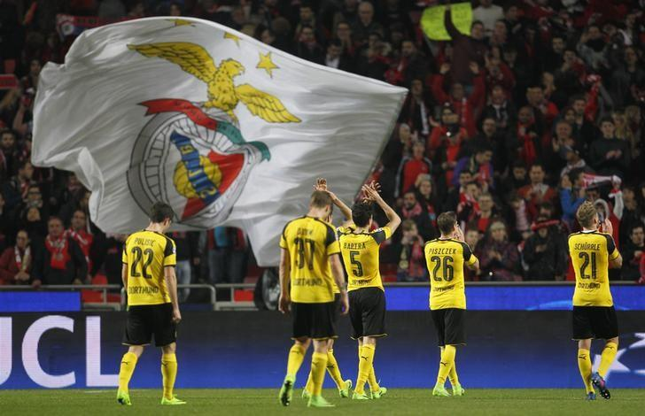 Football Soccer - Benfica v Borussia Dortmund - UEFA Champions League Round of 16 First Leg - Estadio da Luz, Portugal - 14/2/17 Borrusia Dortmund applaud fans after the game  Reuters / Rafael Marchante Livepic