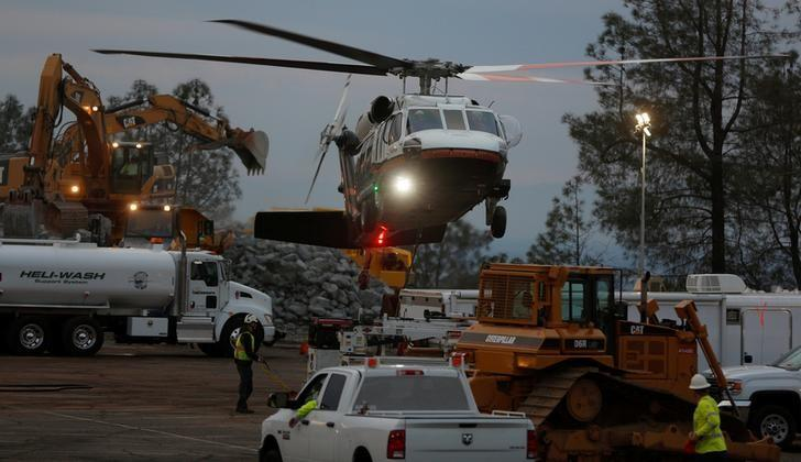 A helicopter used for hauling rocks takes off near the Lake Oroville Dam after an evacuation was ordered for communities downstream from the dam in Oroville, California, U.S. February 13, 2017.  REUTERS/Jim Urquhart