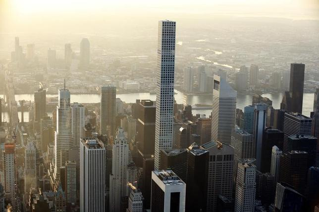 2月14日、米連邦準備理事会(FRB)は、イエレン議長の議会証言に合わせて議会に提出した金融政策報告書で、米商業用不動産の値上がりに「懸念が増している」との認識を示した。写真はニューヨーク・マンハッタンの風景。中央にそびえ立つ超高層ビルは432 パーク・アベニュー。昨年11月撮影(2017年 ロイター/Lucas Jackson)