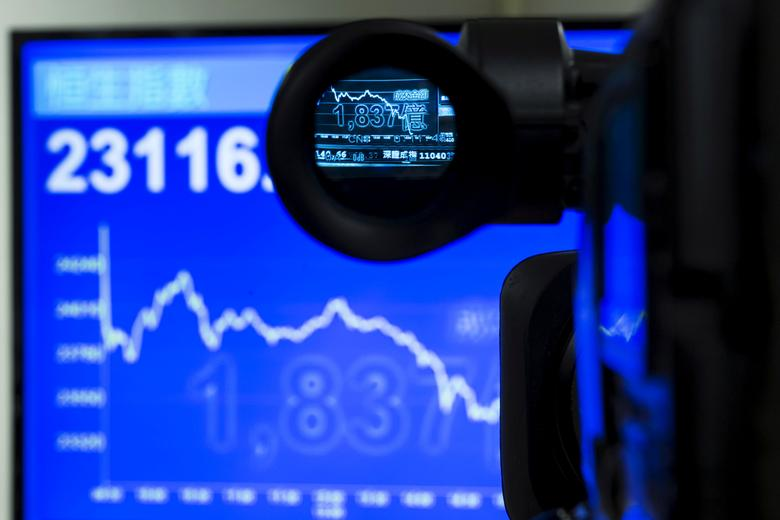 FILE PHOTO: An electric display chart showing the afternoon trading trend of the blue chip Hang Seng Index is seen through a camera at a brokerage in Hong Kong, China July 8, 2015. REUTERS/Tyrone Siu/File Photo