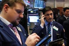 Трейдеры на торгах Нью-Йоркской фондовой биржи 6 февраля 2017 года. Основные индексы США обновили исторические максимумы во вторник благодаря росту акций банков после того, как глава Федрезерва Джанет Йеллен назвала неразумным чрезмерное промедление в повышении ставок. REUTERS/Lucas Jackson