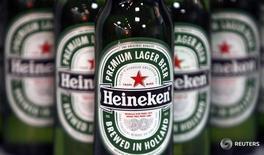 Бутылки пива Heineken перед началом пресс-конференции в Лондоне 25 января 2008 года. Heineken, вторая по величине пивоваренная компания мира, отчиталась о годовой прибыли, немного превысившей прогнозы благодаря хорошим результатам в Мексике, Вьетнаме и на крупных европейских рынках, а также спрогнозировала увеличение маржи, несмотря на волатильность рынков в этом году. REUTERS/Stephen Hird