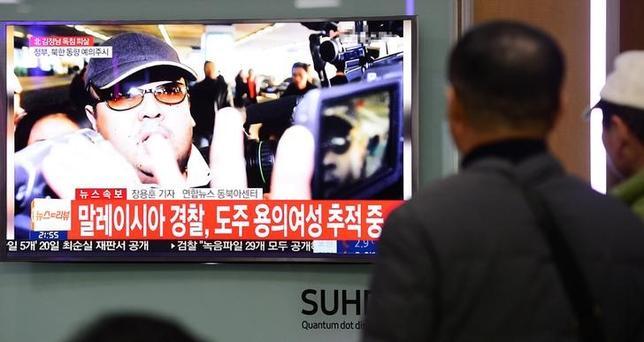 2月15日、北朝鮮の金正恩朝鮮労働党委員長の異母兄、金正男氏がマレーシアで死亡した事件に関連し、マレーシア当局がミャンマー出身の女の身柄を拘束したことが明らかになった。国営ベルナマ通信が伝えた。写真はソウル市内の駅で14日撮影。提供写真(2017年 ロイター/Lim Se-young/News1)
