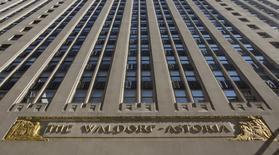 Отель сети Waldorf Astoria в Нью-Йорке 6 октября 2014 года. Гостиничный оператор Hilton Worldwide Holdings Inc, управляющий сетью отелей Waldorf Astoria, отчитался о лучшей, чем ожидалось, квартальной скорректированной прибыли благодаря тому, что все большее число туристов бронируют подорожавшие номера в его гостиницах. REUTERS/Brendan McDermid