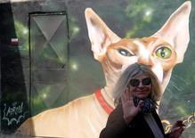 البولندية أنيسكا دوبروفولسكا امام جدار منزل رسم عليه في القاهرة يوم 13 فبراير شباط 2017. تصوير: عمرو عبد الله دلش - رويترز. تستخدم الصورة للأغراض التحريرية فقط. يحظر إعادة بيع الصورة أو الاحتفاظ بها في الأرشيف.
