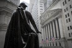 La Bourse de New York a fini sur de nouveaux records mercredi, portée à la fois par des déclarations du président américain Donald Trump réitérant ses promesse de baisses d'impôts et par des indicateurs macro-économiques meilleurs que prévu. Le Dow Jones a gagné 0,52% à 20.611,86 points. /Photo d'archives/REUTERS/Brendan McDermid