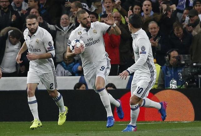 2月15日、サッカーの欧州CL16強の第1戦、前回王者レアル・マドリードはホームでナポリに3─1で逆転勝利を収めた。写真中央はゴールを喜ぶレアルのカリム・ベンゼマ(2017年 ロイター)