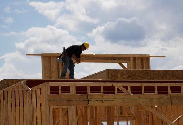 2月15日、米抵当銀行協会(MBA)が15日発表した2016年第4・四半期の住宅ローン延滞率(季節調整済み)は4.80%と、2006年以来の最低水準にあった第3・四半期から0.28ポイント上昇した。写真は建築中の家。コロラド州で昨年8月撮影(2017年 ロイター/Rick Wilking)