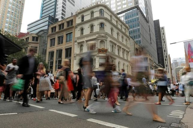 2月16日、豪連邦統計局が発表した1月の雇用統計は、失業率がやや低下したものの、前月まで3カ月連続で伸びてきたフルタイム就業者数が大幅に減少した。写真はシドニーの街を歩く会社員。昨年12月撮影(2017年 ロイター/Jason Reed)