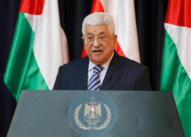 2月15日、パレスチナ自治政府のアッバス議長(写真)は、中東和平の実現に向け、あくまでもイスラエルとパレスチナの「2国家共存」を目指す考えを強調した。また、占領地での入植地拡大をやめるようイスラエルに要求した。写真は1月、ヨルダン川西岸地区のベツレヘムで行われた、アンジェイ・ドゥダ・ポーランド大統領との共同記者会見で撮影(2017年 ロイター/Mussa Qawasma)
