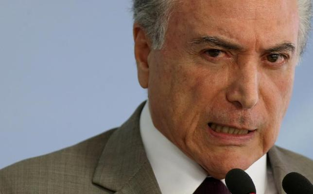 2月15日、ブラジルのMDAの世論調査で、緊縮財政策を進めるテメル大統領の支持率が低下した。一方で、2018年の次期大統領選を前にルラ元大統領への支持が高まっている。写真はブラジル政権最大の汚職調査について会見するテメル大統領。ブラジリア・プラナルト宮殿で13日撮影(2017年 ロイター/Adriano Machado)