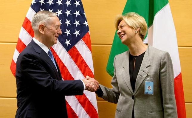 2月15日、米国のマティス国防長官は、就任後初となるベルギー・ブリュッセルでの北大西洋条約機構(NATO)国防相理事会に出席し、米国としてNATOを重視する姿勢を確認した。写真はロベルタ・ピノッティ伊国防相(写真右)と会談するマティス国防長官(写真左)(2017年 ロイター/Virginia Mayo)