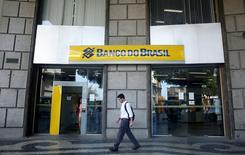 IMAGEN DE ARCHIVO. Un hombre camina frente al Banco do Brasil en Río de Janeiro, Brasil. 15 de diciembre 2014. Banco do Brasil SA, el mayor prestamista del país por activos, incumplió el jueves sus estimaciones de ganancias para el cuarto trimestre, debido a que un aumento mayor al previsto de sus provisiones por pérdidas opacaron sus ingresos por comisiones e intereses.REUTERS/Pilar Olivares/File Photo                    GLOBAL BUSINESS WEEK AHEAD PACKAGE - SEARCH BUSINESS WEEK AHEAD 13 FEB  FOR ALL IMAGES