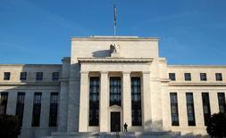 Здание Федрезерва в Вашингтоне. 12 октября 2016 года. Goldman Sachs в среду повысил ожидания роста ставки ФРС США в первой половине 2017 года, а J.P. Morgan изменил свой прогноз следующего повышения после выхода экономических данных за январь и теперь ждет, что это произойдет в мае. REUTERS/Kevin Lamarque