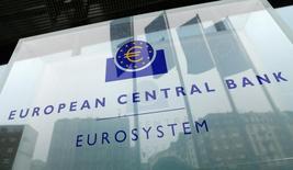 Логтип ЕЦБ.  Европейский центральный банк должен сохранять твёрдую позицию, чтобы успокоить рынки, и следить за ростом инфляции, следует из протокола январского заседания регулятора, опубликованного в четверг.  REUTERS/Ralph Orlowski