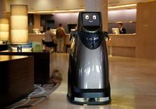 Le prototype HOSPI, un robot de Panasonic, conçu pour servir des boissons et fournir des informations sur les bus, est présenté dans un hôtel près de l'aéroport international de Narita, au Japon. Le Parlement européen a demandé jeudi à la Commission européenne de définir des normes juridiques et éthiques applicables aux robots qui devraient de plus en plus remplacer les humains dans certaines de leurs tâches. /Photo prise le 17 janvier 2017/REUTERS/Toru Hanai