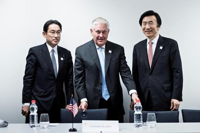2月16日、日本、米国、韓国の3カ国の外相は、20カ国・地域(G20)外相会合の開催に合わせてドイツ・ボンで会談し、北朝鮮が12日に行った弾道ミサイル発射実験を非難する共同声明を発表した。写真は左から岸田外相、ティラーソン米国務長官、韓国の尹外相。代表撮影(2017年 ロイター/Brendan Smialowski)