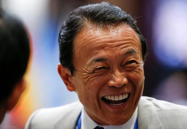2月17日、麻生太郎財務相は閣議後会見で、ペンス米副大統領とのもとですすめる日米経済対話について、早ければ4月にも議論を始める意向を示した。2016年9月撮影(2017年 ロイター/Aly Song)