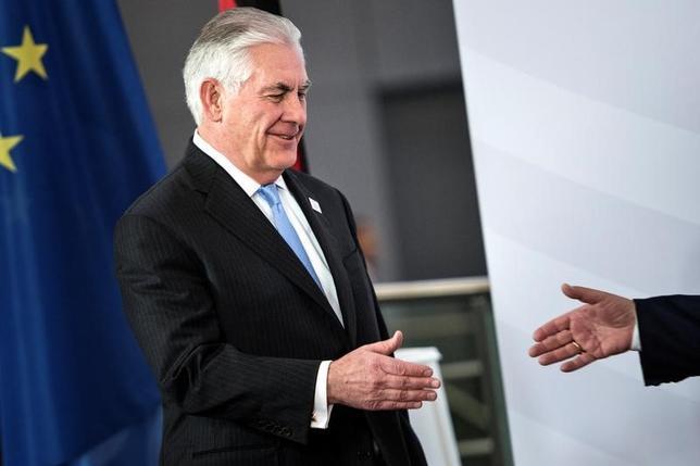 2月16日、ティラーソン米国務長官は、イラン核合意を破棄する方針だとフランスのエロー外務・国際開発相に示唆した事実はないと述べた。写真は訪問中のドイツ・ボンG20外相会議で撮影(2017年 ロイター/Breandan Smialowski)