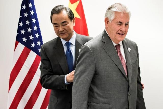2月17日、中国の王毅外相(写真左)と米国のティラーソン国務長官(同右)が、20カ国・地域(G20)外相会合が開催されているドイツのボンで会談した。(2017年 ロイター/Brendan Smialowski)