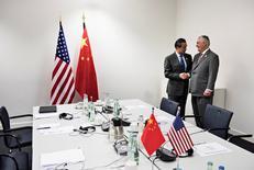 El secretario de Estado estadounidense, Rex Tillerson (D), es recibido por el ministro de Relaciones Exteriores de China, Wang Yi, antes de una reunión en el World Conference Center el 17 de febrero de 2017 en Bonn, Alemania. El secretario de Estado de Estados Unidos, Rex Tillerson, llamó el viernes a China a hacer todo lo posible para moderar la conducta desestabilizadora de Corea del Norte tras el ensayo de un misil balístico de Pyongyang el domingo, dijo su portavoz Mark Toner.   REUTERS/Brendan Smialowski/Pool   TPX IMAGES OF THE DAY