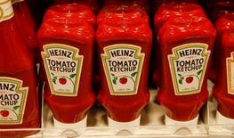Botellas de Ketchup Heinz de la compañía de alimentos Kraft Heinz se venden en un supermercado suizo, en Zumikon, Suiza. 13 de diciembre 2016. La compañía estadounidense de alimentos Kraft Heinz Co propuso una fusión por 125.000 millones de dólares con Unilever, pero la empresa anglo-holandesa la rechazó, informó Kraft el viernes. REUTERS/Arnd Wiegmann