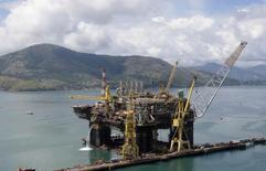 Visão aérea da fase final da construção de plataforma da Petrobras em Angra dos Reis 24/02/2011 REUTERS/Sergio Moraes