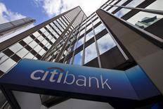 Le conseil d'administration de Citigroup a baissé de 6% la rémunération totale perçue par Michael Corbat, le directeur général de la quatrième banque américaine, au titre de 2016, au vu de certains objectifs financiers manqués par l'établissement. /Photo d'archives/REUTERS/Mike Segar