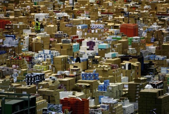 2月20日、米オンライン小売り大手アマゾン・ドット・コムは、年内に英国で5000人以上の雇用を創出すると発表した。写真はロンドン北西部ミルトン・キーンズにあるアマゾン物流倉庫。2006年11月撮影(2017年 ロイター/Dylan Martinez)