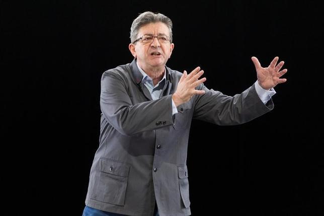 2月19日、仏急進左派の大統領候補、ジャンリュック・メランション左翼党共同代表は、4─5月の大統領選に向け、景気刺激策などを目的に歳出を2730億ユーロ(2900億ドル)拡大するとの公約を示した。写真は5日、リヨンで選挙演説を行うメランション候補者(2017年 ロイター/Emmanuel Foudrot)