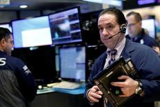 Трейдеры на Уолл-стрит. Инвесторы фондового рынка США на этой неделе, вероятно, будут изучать финансовую отчетность ряда компаний потребительского сектора, включая Wal-Mart Stores Inc, чтобы понять, есть ли возможности для продолжения ралли последних дней. REUTERS/Brendan McDermid