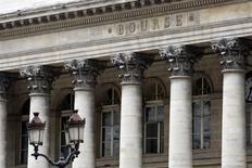 Les principales Bourses européennes ont ouvert en hausse soutenues par les valeurs des télécoms mais le décrochage d'Unilever freine la progression. À Paris, le CAC 40 gagne 0,59% à 4.896,52 points vers 08h15 GMT. À Francfort, le Dax prend 0,66% et à Londres, le FTSE avance de 0,17%. /Photo d'archives/REUTERS/Charles Platiau