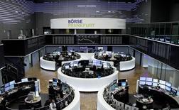 Operadores trabajando en sus puestos en la bolsa alemana en Fráncfort, feb 8, 2017. Las bolsas europeas subían levemente el lunes gracias a la fortaleza de los valores de telecomunicaciones, pero la caída de Unilever tras la retirada abrupta de la oferta de Kraft Heinz por su mayor rival pesaba en el mercado.  REUTERS/Staff/Remote