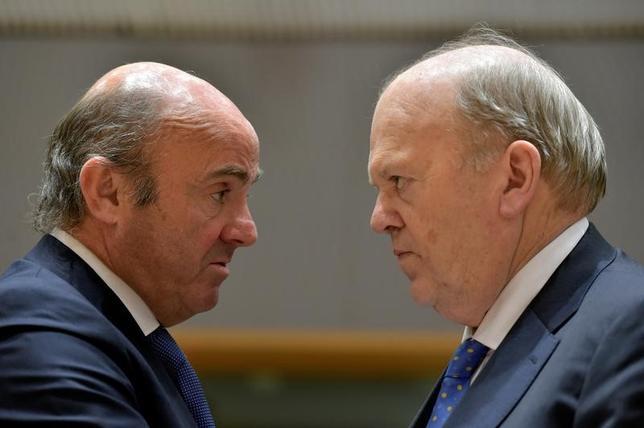 2月20日、スペインのデギンドス経済相(写真左)は、昨年の財政赤字について、対国内総生産(GDP)比で4.6%とする目標が達成できなかった可能性を示唆した。写真は1月、ベルギー・ブリュッセルにおけるユーロ圏財務相会議で撮影。写真右はアイルランドのマイケル・ノーナン財務相(2017年 ロイター/Eric Vidal)