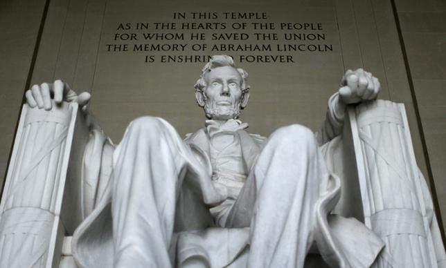 2月18日、米テレビ局Cスパンが20日のプレジデンツデー(大統領の日)を前に実施した歴史家の間での歴代大統領の指導力評価ランキングで、1─3位にエブラハム・リンカーン、ジョージ・ワシントン、フランクリン・ルーズベルトが入った。写真は2015年3月リンカーン記念堂で撮影(2017年 ロイター/Gary Cameron)