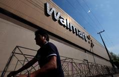 Wal-Mart Stores a annoncé mardi des ventes à données comparables supérieures aux attentes au quatrième trimestre grâce à la croissance de ses activités de commerce en ligne et à une augmentation de la fréquentation de ses enseignes Wal-Mart et Sam's Club. /Photo d'archives/REUTERS/Edgard Garrido