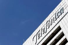 En la imagen, la sede de Telefónica en Caracas, el 30 de julio de 2016. Telefónica anunció el martes un acuerdo con el fondo KKR para venderle hasta un 40 por ciento de su filial de infraestructura Telxius por 1.275 millones de euros, lo que permitirá al grupo dar un pequeño paso en su objetivo de reducir su elevado apalancamiento. REUTERS/Carlos Jasso
