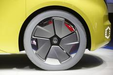 Volkswagen est revenu en arrière sur certaines de ses exigences de réductions de coûts au sein de sa marque VW, plus drastiques que celles prévues dans l'accord de novembre. /Photo prise le 10 janvier 2017/REUTERS/Mark Blinch