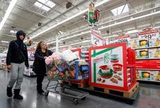 Un cliente realizando compras en un supermercado Wal-Mart en Chicago, EEUU, nov 23, 2016. Wal-Mart Stores reportó el martes ventas más altas de lo esperado en Estados Unidos, impulsadas por más visitas de clientes a las tiendas y una mayor actividad online, un resultado que provocaba un alza de sus acciones de más de 3,5 por ciento en Wall Street.  REUTERS/Kamil Krzaczynski