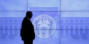 Охранник на фоне логотипа ФРС на встрече  Комитета по операциям на открытом рынке в Вашингтоне 16 марта 2016 года. Представитель Федрезерва Патрик Харкер сказал во вторник, что поддержит повышение процентной ставки на заседании регулятора в середине марта, если инфляция, промпроизводство и другие показатели к тому моменту продолжат указывать на рост экономики США. REUTERS/Kevin Lamarque/File Photo
